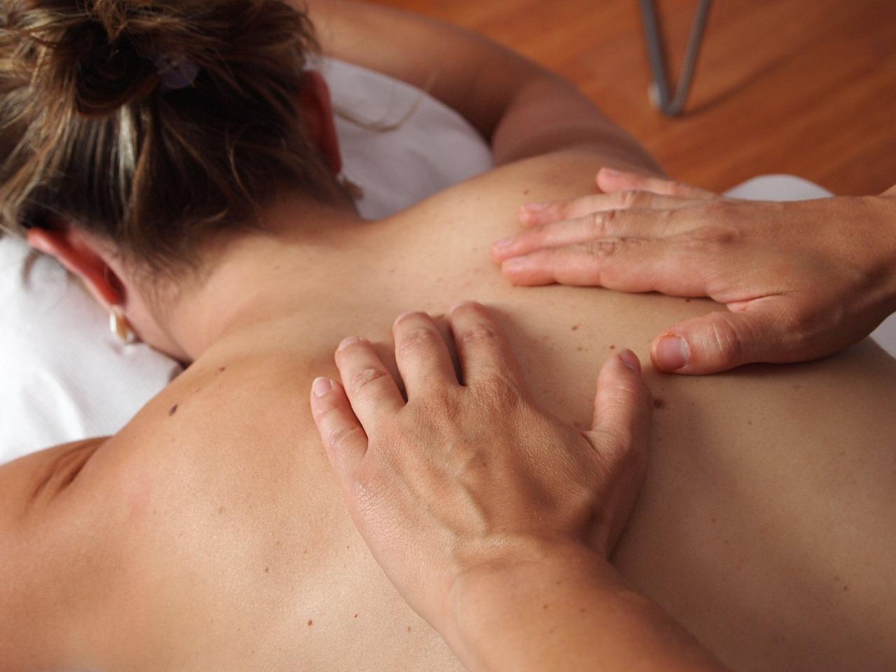背中のシミを消したい場合は、シミ取り専門エステが簡単確実に除去できるのでおすすめ