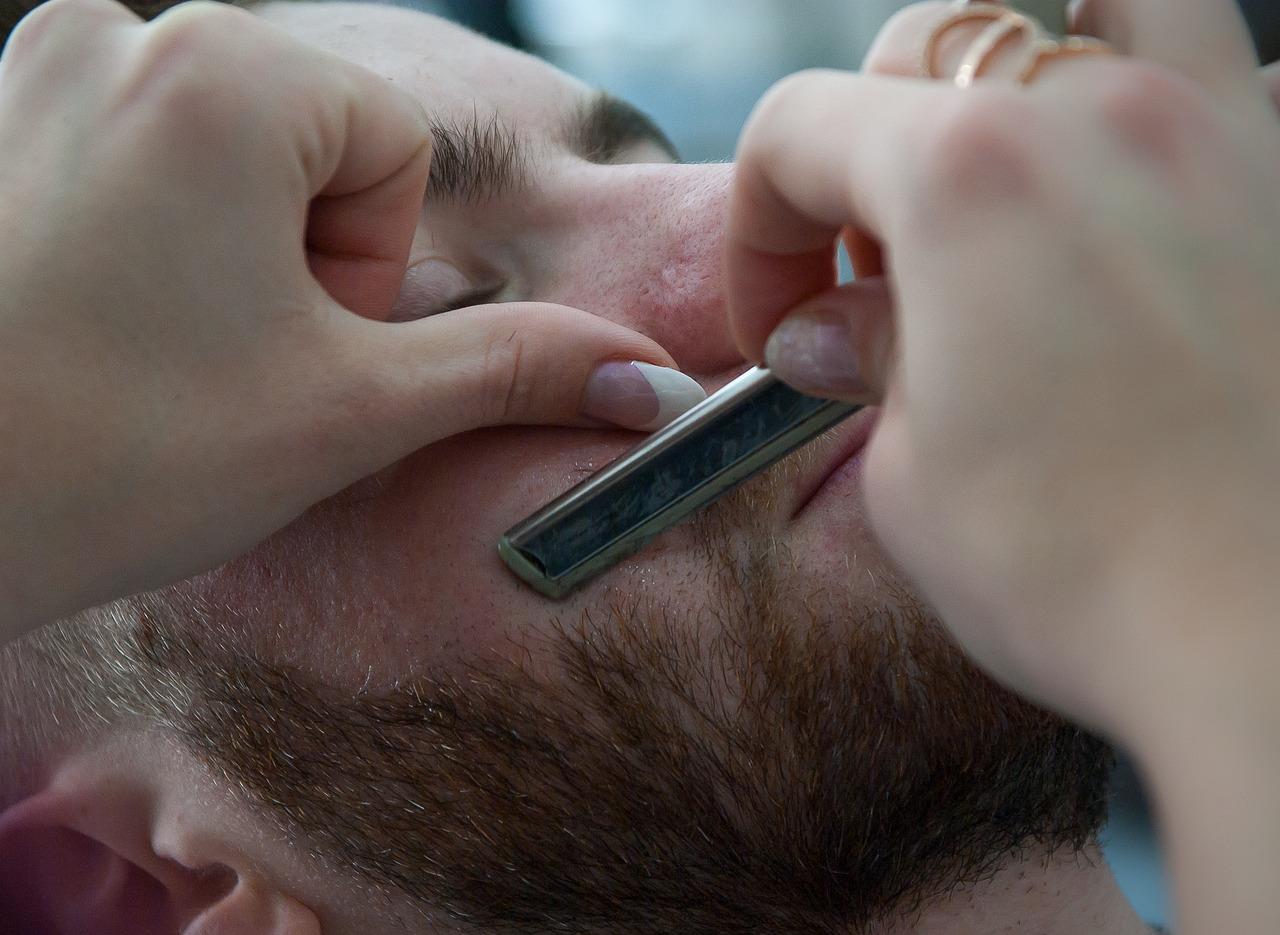 顔、特にひげ剃りの際にカミソリ負けして治らない…ムダ毛処理の基本をもう一度見直す