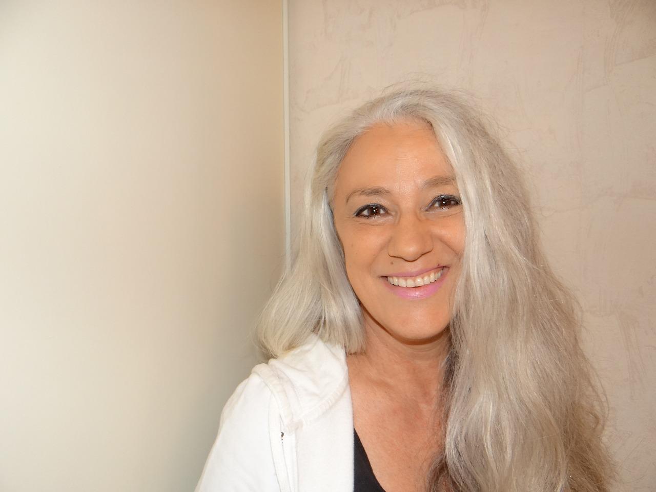 白髪染めやめる⇒おしゃれでカッコいいグレイヘアへ◆老けないためのケア方法