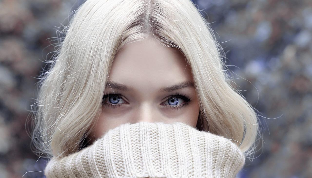 紫シャンプーでヘアカラーの色落ち防止、茶髪・金髪など毛先が黄色く退色しやすい人必見!